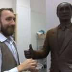 O statuie din ciocolată a preşedintelui Vladimir Putin este expusă la Sankt Petersburg.