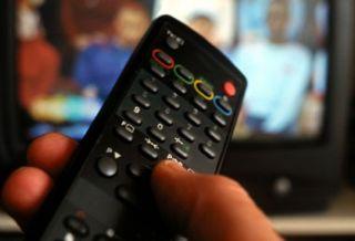 Sondaj. Majoritatea românilor se informează de la televizor