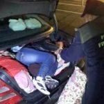 Tânără găsită ascunsă în portbagajul unei mașini