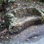 Pe aleea de sub Tîmpa se găsește o bancă mică, săpată în piatră.