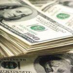 Un agent de pază a returnat peste 9.000 de dolari găsiţi într-un mall