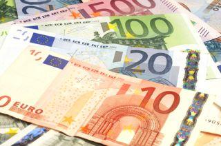 O arădeancă a furat două verighete și 8.000 de euro