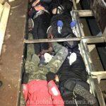 Migranţi ascunşi într-o camionetă, opriţi la frontieră
