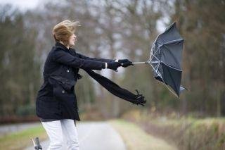 Meteorologii anunţă răcirea accentuată a vremii şi intensificări ale vântului