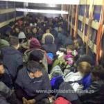 111 migranți, găsiți ascunși într-un automarfar, la Nădlac
