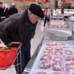 "Hipermarket din Arad, amendat. A vândut carne ""din viitor"""