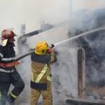 Incendiu provocat de un trăznet. O casă a fost distrusă