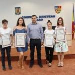 """Elevii """"de 10"""" au primit diplome de excelenţă de la Sergiu Bîlcea"""