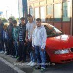 Opt migranţi înghesuiti într-un autoturism, depistați la Vărşand