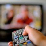 Studiu: Un român din doi petrece zilnic, de luni până vineri, 2-3 ore la televizor