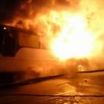 Un autobuz care transporta muncitori a luat foc
