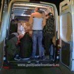 20 de migranți ascunşi printre piese auto, reținuți la frontieră