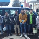 Migranți găsiți ascunși într-un microbuz, printre bagaje