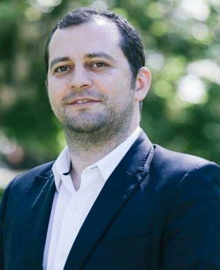 """Răzvan Cadar: """"Dorel Căprar dă exemplu de bună administrație o comună care a cheltuit bugetul pe trei ani pe coșuri de gunoi"""""""