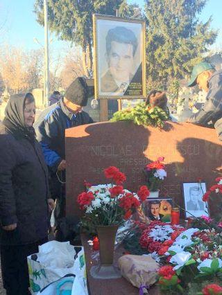 """Nostalgicii, la mormântul lui Ceauşescu: """"A fost un om super. Nu cred că se va mai naşte preşedinte ca el"""""""