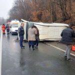 Microbuz răsturnat pe DN 7. Trei persoane, blocate în interior