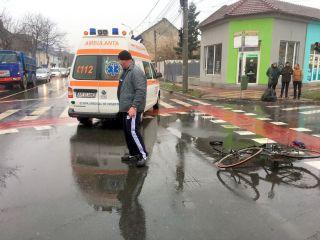Biciclist lovit de un taximetru, într-o intersecție din Arad