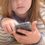 Psiholog: Dependenţa de telefon poate ruina copilăria