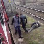 Anchetă după ce un bărbat a fost dat jos din tren şi bătut