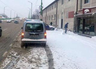 Arădenii care nu își curăță trotuarele din fața caselor, amendați de Poliția Locală