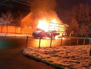 Autoutilitară incendiată pe o stradă din Arad