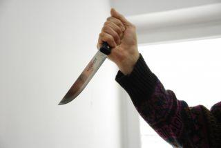 UPDATE Vânzătoare rănită cu cuţitul de un bărbat care a jefuit un magazin