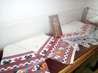 Ștergare adunate de un preot arădean, expuse în clădirea Preparandiei