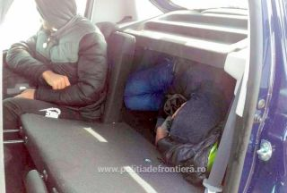 Două persoane, găsite ascunse într-un autoturism încărcat pe platforma unui tren