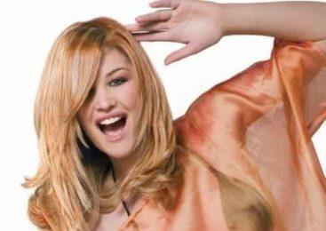 5 trucuri de machiaj perfecte pentru părul blond