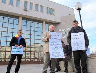Localnici din Nadăş, în greva foamei în faţa Tribunalului