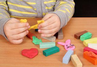 Psiholog: Plastelina este jucăria care îi dezvoltă creierul copilului