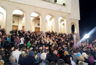 Arădenii au luat din Lumina Sfântă adusă de la Ierusalim