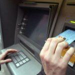 Cercetat penal. Un arădean a luat banii uitați în bancomat de un client