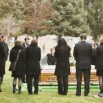 Cu ce ne îmbrăcăm la o înmormântare?