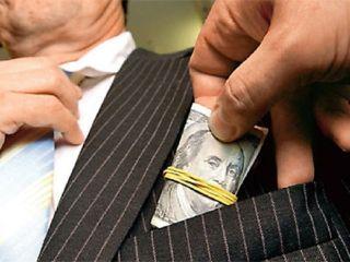 Raport: Corupţia, fenomen răspândit în România. Mita, practică obişnuită