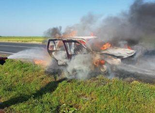 O mașină a luat foc în timpul mersului, la Nădab