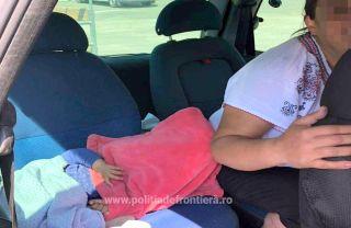 Fetiță în vârstă de un an, găsită ascunsă sub o pătură într-un autoturism