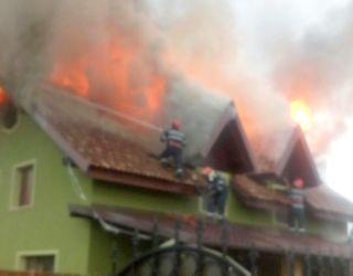 Casă din Sebiș lovită de trăsnet. Acoperișul a luat foc
