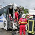UPDATE Un autobuz cu pasageri s-a ciocnit cu o basculantă. Un bărbat a murit