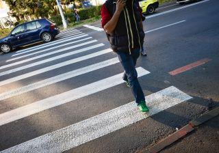 Bărbat bătut pentru că i-a atras atenția unui șofer să respecte pietonii
