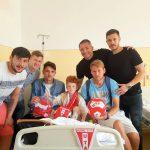 Jucătorii UTA-ei, alături de copilul din Aradul Nou atacat de un câine