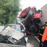 Accident pe DN 7. Două TIR-uri şi un autoturism s-au ciocnit la Milova
