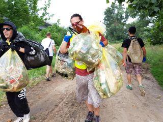 Voluntarii au strâns 600 de kilograme de gunoi de pe malul Mureşului