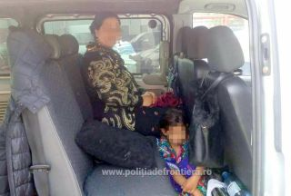 Fetiţă ascunsă sub fusta mamei, descoperită la frontieră