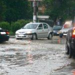 Copaci doborâţi şi străzi inundate, în urma unei furtuni