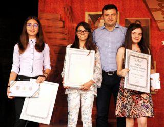 """Diplome """"Arădeni cu care ne mândrim"""" pentru elevele care au obținut media 10 la Evaluarea Naţională"""