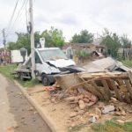 Locuință improvizată, distrusă de o camionetă. O femeie a fost rănită