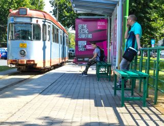 Primele băncuţe şi coşuri de gunoi montate în staţiile de tramvai din municipiu