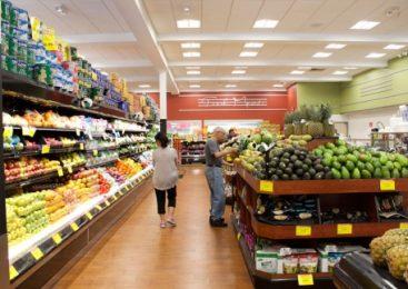 O tânără și-a plătit cumpărăturile cu un card bancar găsit într-un supermarket