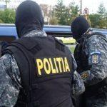 Percheziții la Arad. Zeci de mii de euro contrafăcuți, droguri, un pistol și cartușe, găsite la un tânăr